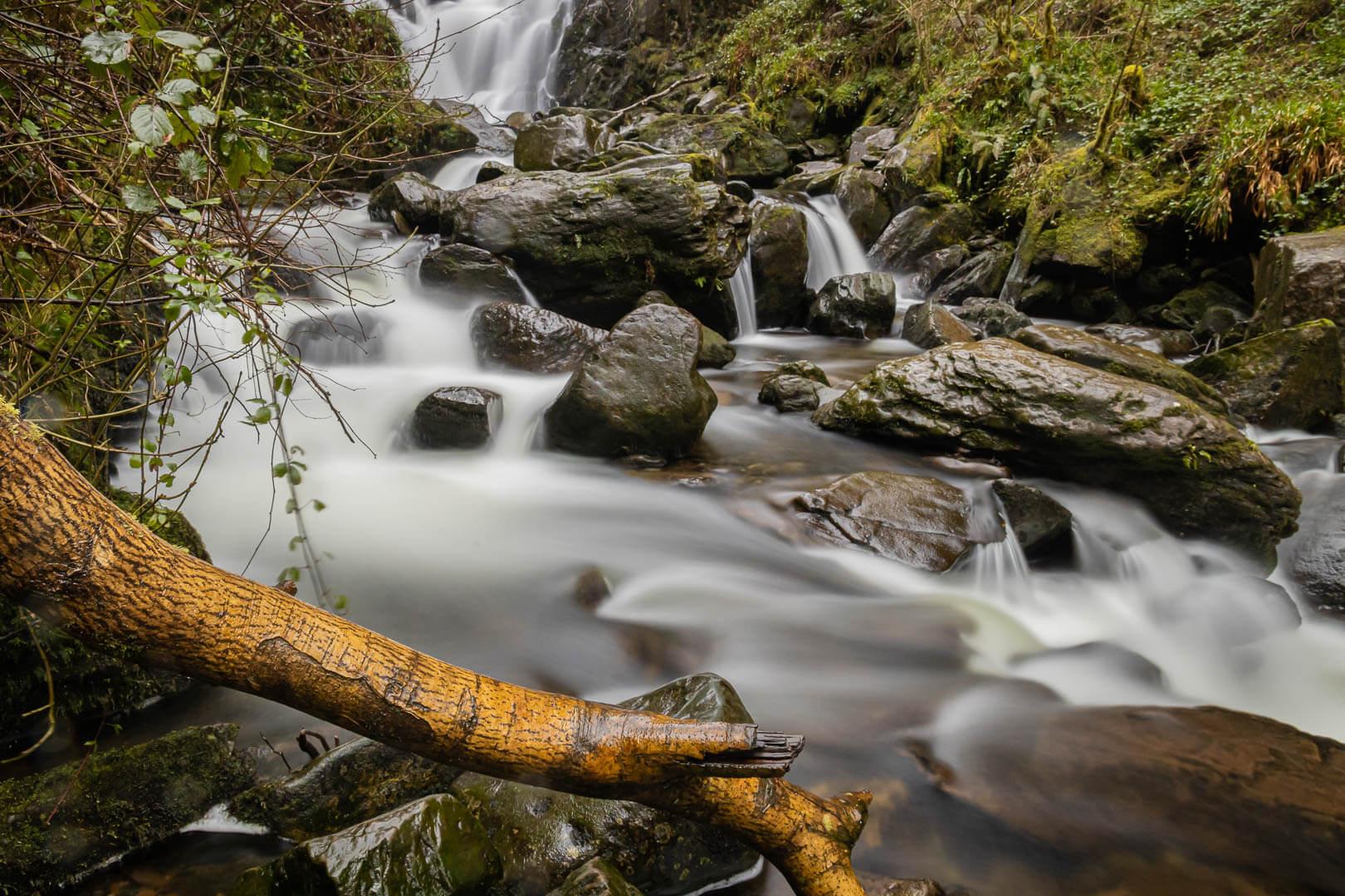 Über Felsen fließendes Wasser unterhalb des Torc Wasserfalls im Killarny Nationalpark in Irland