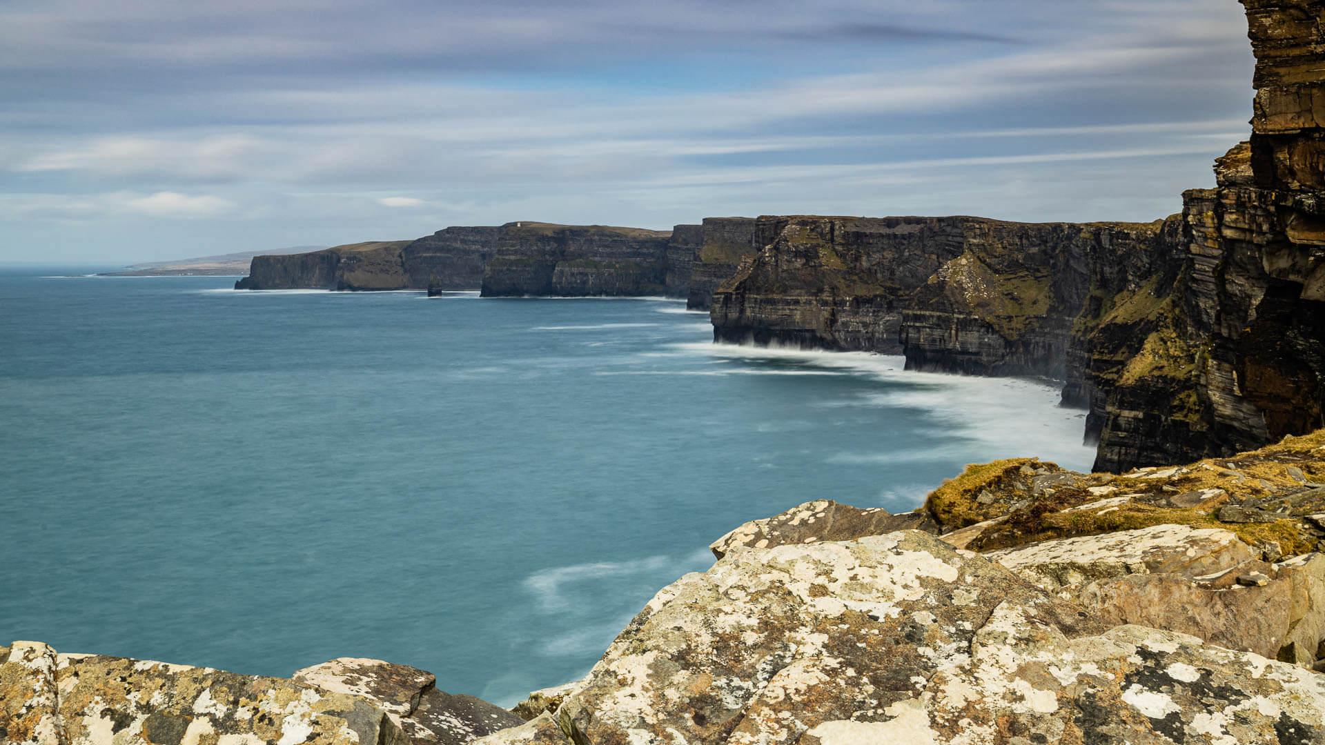 Die Klippen von Moher in Irland in ihrer ganzen Länge