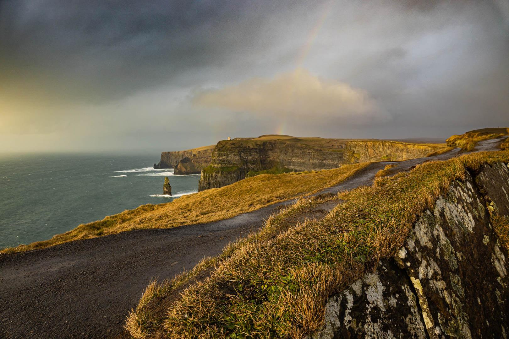 Ein kurzer sonniger Abschnitt mit Regebogen über den Klippen von Moher in Irland