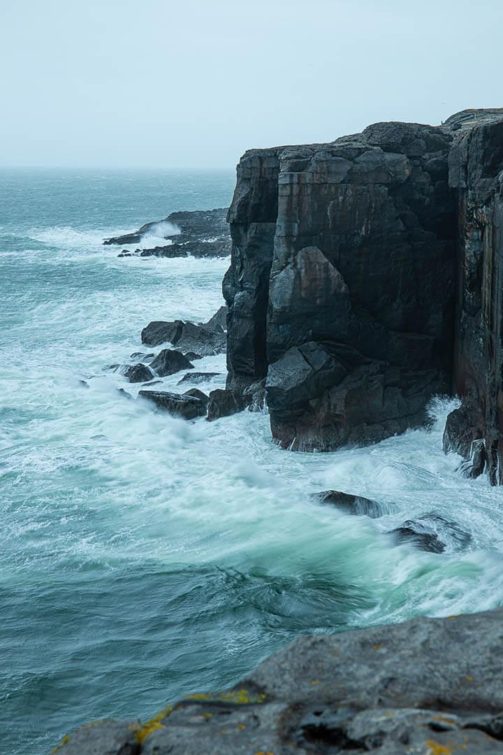 Landschaft der Burren Coast mit Brandung