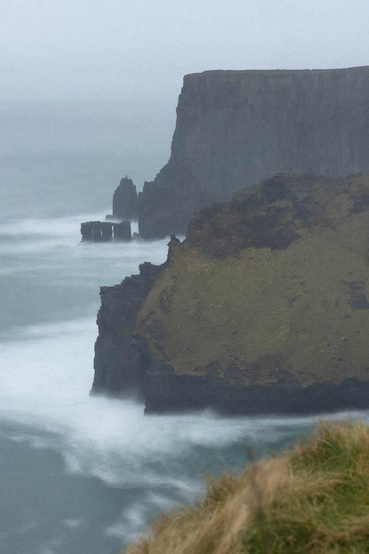 Landschaft der Cliffs of Moher bei trübem Wetter