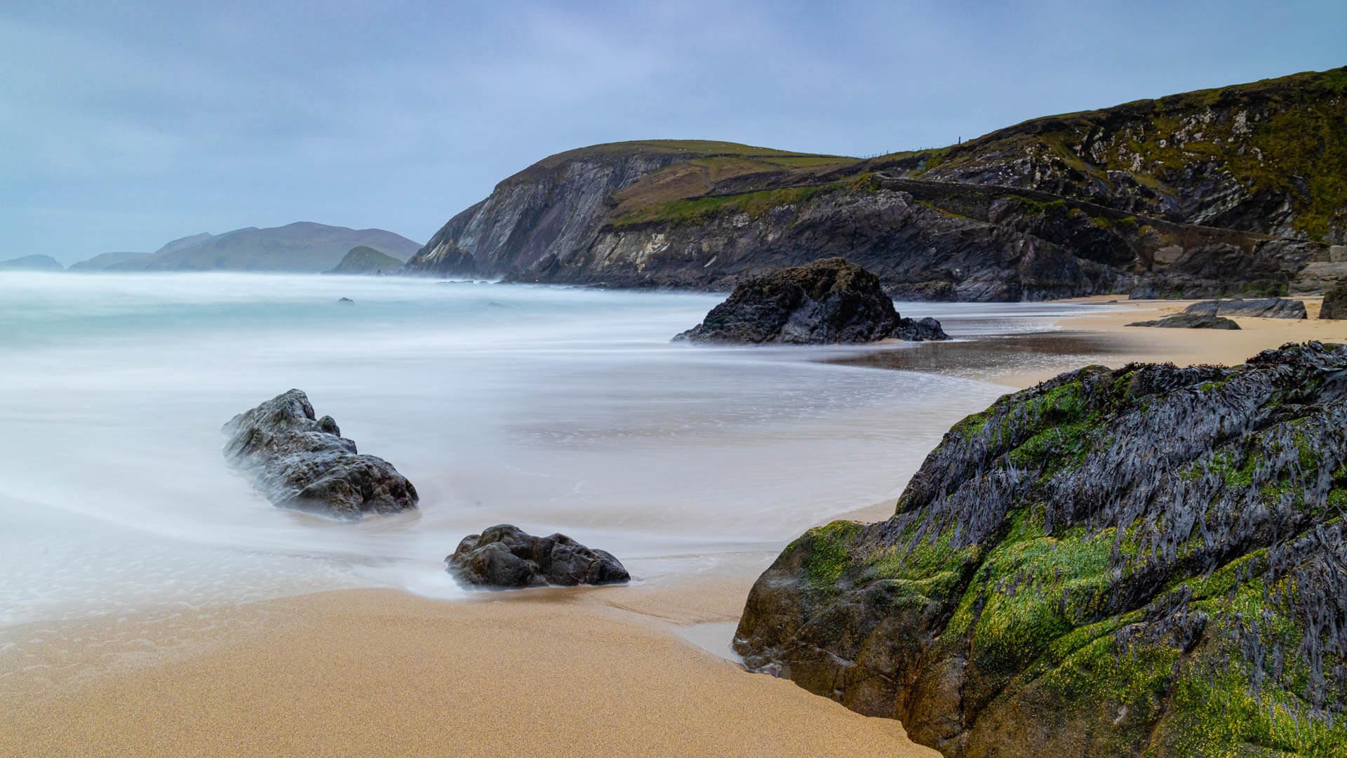 Stille, märchenhafte See an einem Küstenabschnitt der Dingle Halbinsel in Irland.